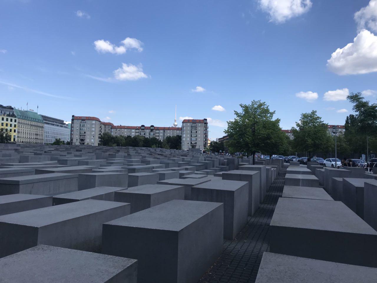 1 베를린 시내 한복판에 있는 홀로코스트 메모리얼 [출처 필자].jpg